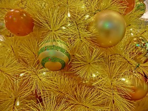 """HK 觀塘 Kwun Tong 創紀之城五期 APM mall Xmas tree close-up n balls Dec-2013"" by Kamguaowaeiloa - Own work. Licensed under CC BY-SA 3.0 via Wikimedia Commons."